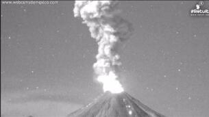 El Volcán de Colima, en México, registra erupciones durante dos noches seguidas