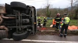 Rescate de la conductora de un camión tras un accidente