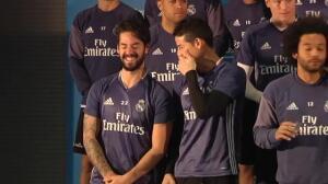 El Real Madrid posa con sus tarjetas en un acto promocional