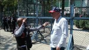 Ciudadanos estadounidenses residentes en México protestan contra la política exterior de Trump