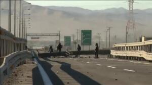 Trabajadores de una mina en Chile levantan barricadas en protesta por la mejora de sus condiciones laborales