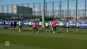 La plantilla del Barça guarda un minuto de silencio por el ex presidente Agustí Montal