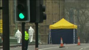 La policía forense continúa con la investigación en el puente de Westminster