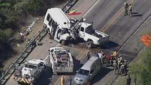 Un brutal impacto entre un minibús y una camioneta deja al menos 13 muertos en Texas