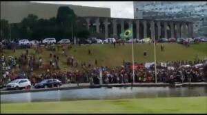 Dos mil indígenas protestan frente al Congreso brasileño