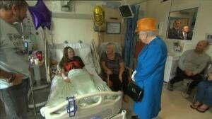 La Reina de Inglaterra visita en el hospital a las víctimas del atentado de Manchester