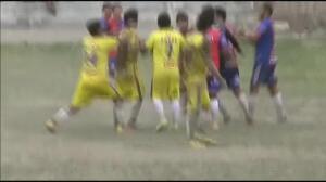 Un árbitro propina una patada a un jugador tras ser empujado