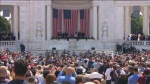 Trump rinde homenaje a los veteranos de guerra en Arlington