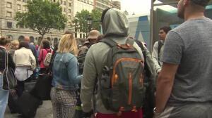 Paradas de taxis vacías y colas de pasajeros en Barcelona