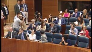 Abanicos de papel en la Asamblea madrileña tras las polémicas declaraciones del consejero de Sanidad
