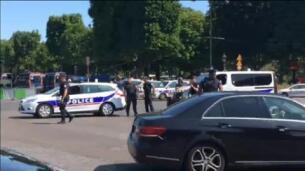 Un hombre embiste con su vehículo un furgón policial en los Campos Elíseos de París