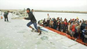 Varios inmigrantes intentan huir al llegar al puerto de Barbate tras ser rescatados cuando cruzaban el Estrecho en patera