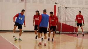 El Atlético de Madrid entrena bajo techo en Toluca