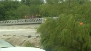 Así rescatan los bomberos a un conductor atrapado por las riadas en Texas