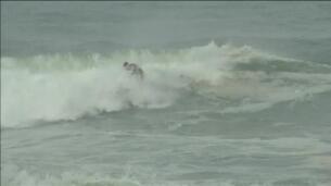 Un grupo de surfistas desafía al temporal en Río de Janeiro