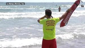 Rescatados cuatro bañistas en La Manga con una cadena humana que consiguió sacarles del agua