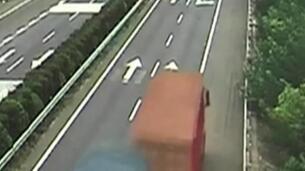 Un camión cae por un barranco en China cuando trataba de adelantar