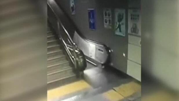 El suelo se 'traga' a una mujer china que se dirigía a las escaleras mecánicas del metro