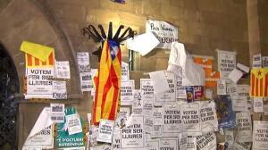 Pegan carteles a favor del referéndum en la plaza del Ayuntamiento de Lérida