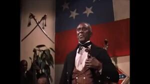 Escena de un baile benéfico con subasta en 'Lo que el viento se llevó', con Clark Gable