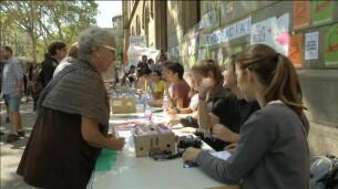 Los estudiantes reparten papeletas para votar en la Universidad de Barcelona