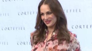 Eva González luce embarazo en presentación campaña Cortefiel