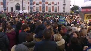 Cientos de personas inundan la Puerta del Sol para celebrar las