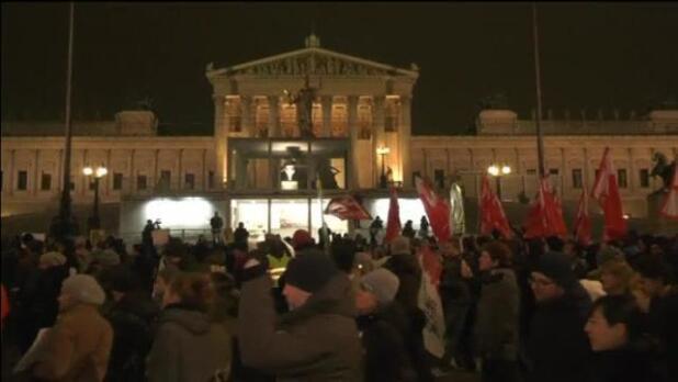 Miles de personas protestan en Viena contra un acto de la ultraderecha austríaca