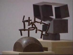 la escultura de serra finkl octagon da la bienvenida a los visitantes del museo artium de vitoria