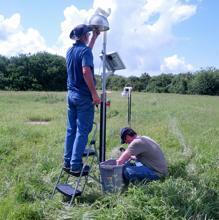 Los investigadores instalan sensores de campo eléctrico en antenas terrestres que ayudan a determinar la dirección actual que dispara rayos en las nubes