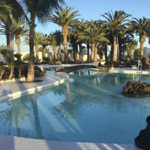 La residencia, diseño de César Manrique, dispone de un espectacular estanque y piscinas