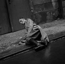 Un oficial nazi, sangrando en Praga, tras el bombardeo de 1945
