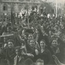 La multitud, congregada en la Plaza de Oriente, en Madrid, tras anunciarse el final de la Guerra Civil