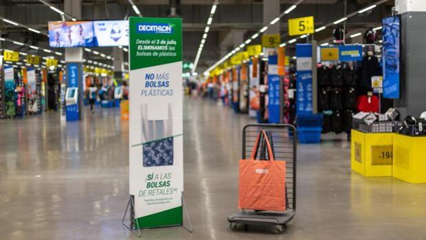 278e142df Decathlon suprimirá de todas sus tiendas las bolsas de papel y de plástico